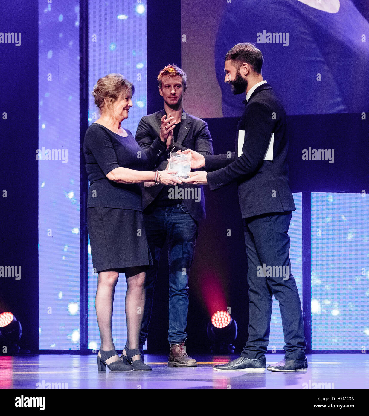 Luebeck, Germany. 05th Nov, 2016. Lithuanian actor Justas Valinskas (r) and actor Filip Nicas Berg (c) hand over - Stock Image