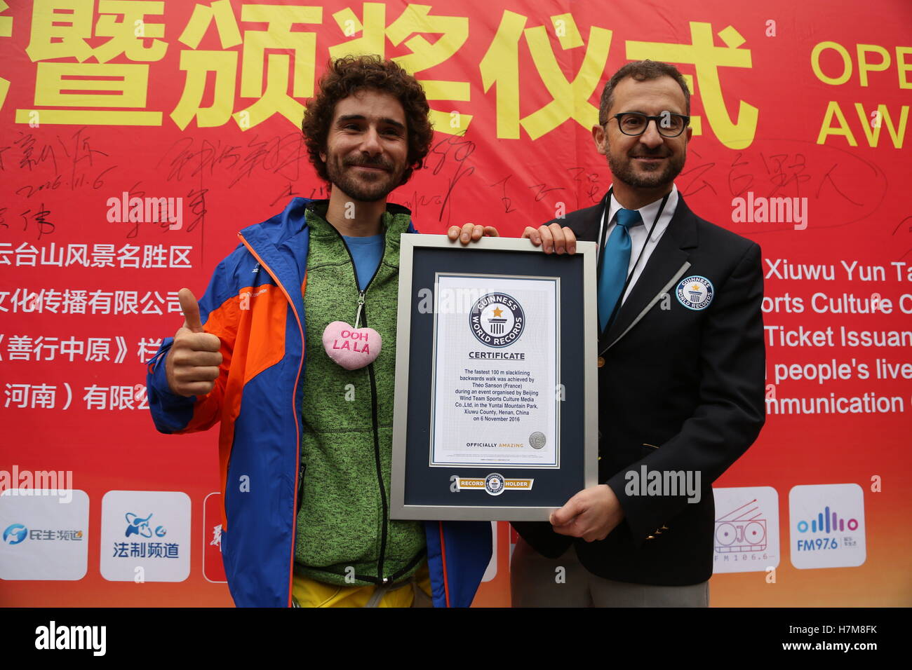 Jiaozuo, China. 6th Nov, 2016.  Jim Daniel Sanson, a 29-year-old slackline walker from France, receives the award - Stock Image