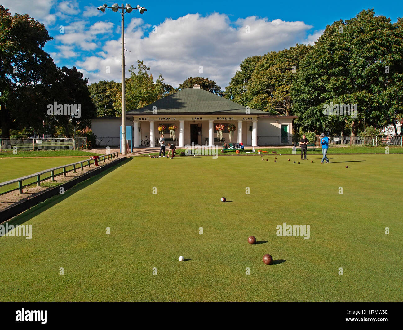 Bowlers at West Toronto Bowling Club in front of their iconic clubhouse – it is in the style of a classical Greek - Stock Image