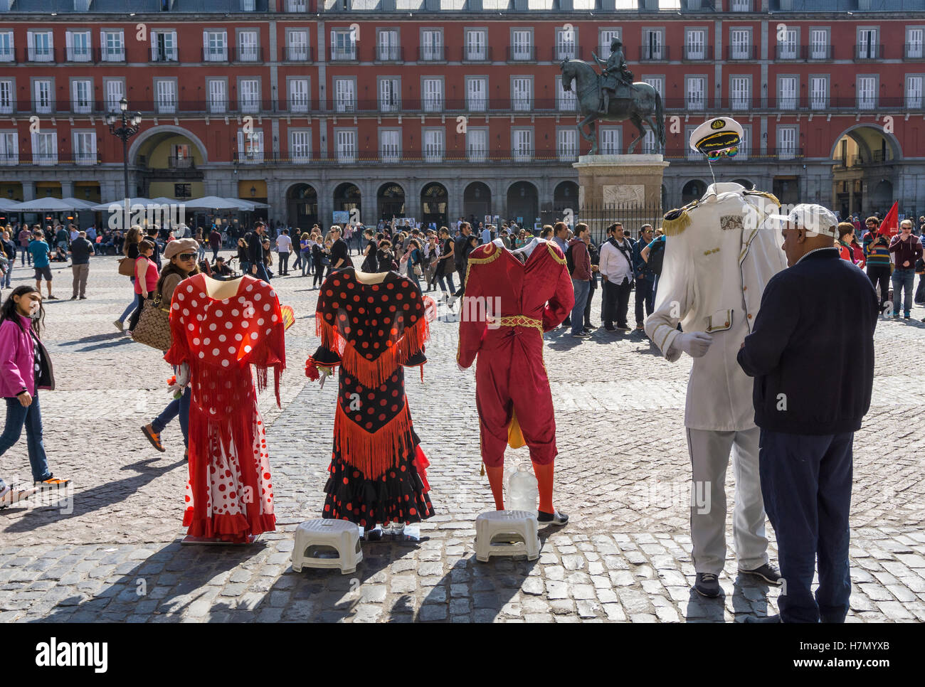 Street entertainer and photographers props in the Plaza Mayor in the centre of Madrid, Spain - Stock Image