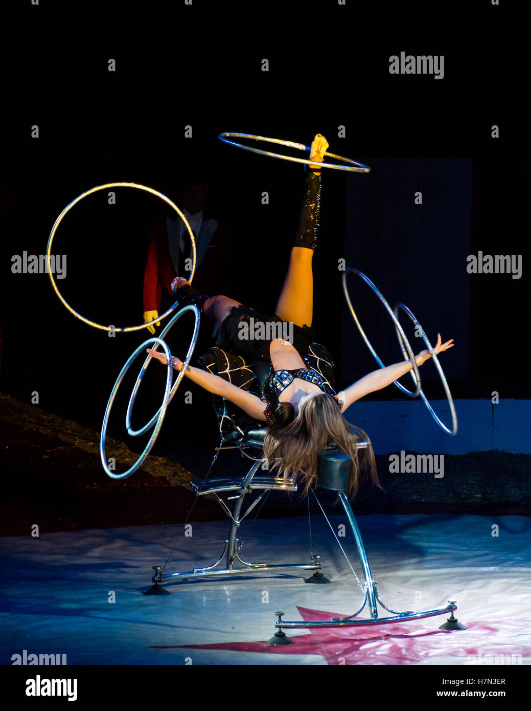 Foot-juggling aerialist Romy Michael performs at Zippo's Circus, England - Stock Image