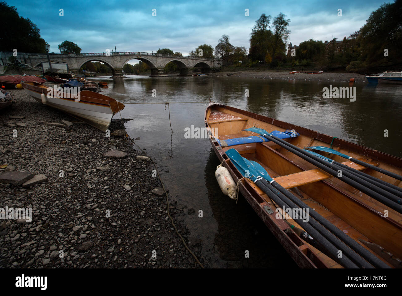 Richmond Upon Thames, boats lying along the riverbed surface during low tide on a grey autumn afternoon, Greater - Stock Image