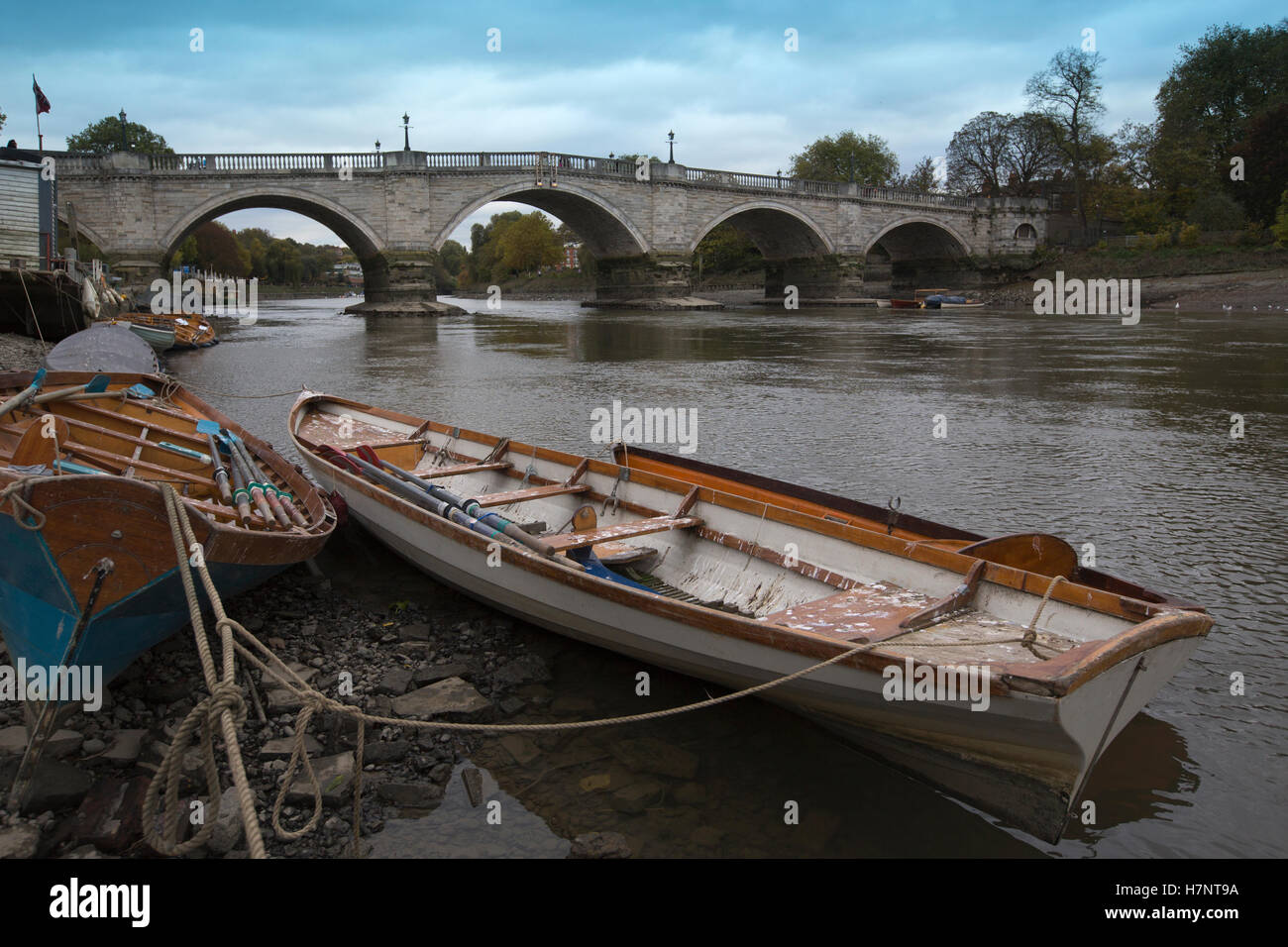 Richmond Upon Thames, boats lying along the riverbed surface during low tide on a grey autumn afternoon, Greater Stock Photo
