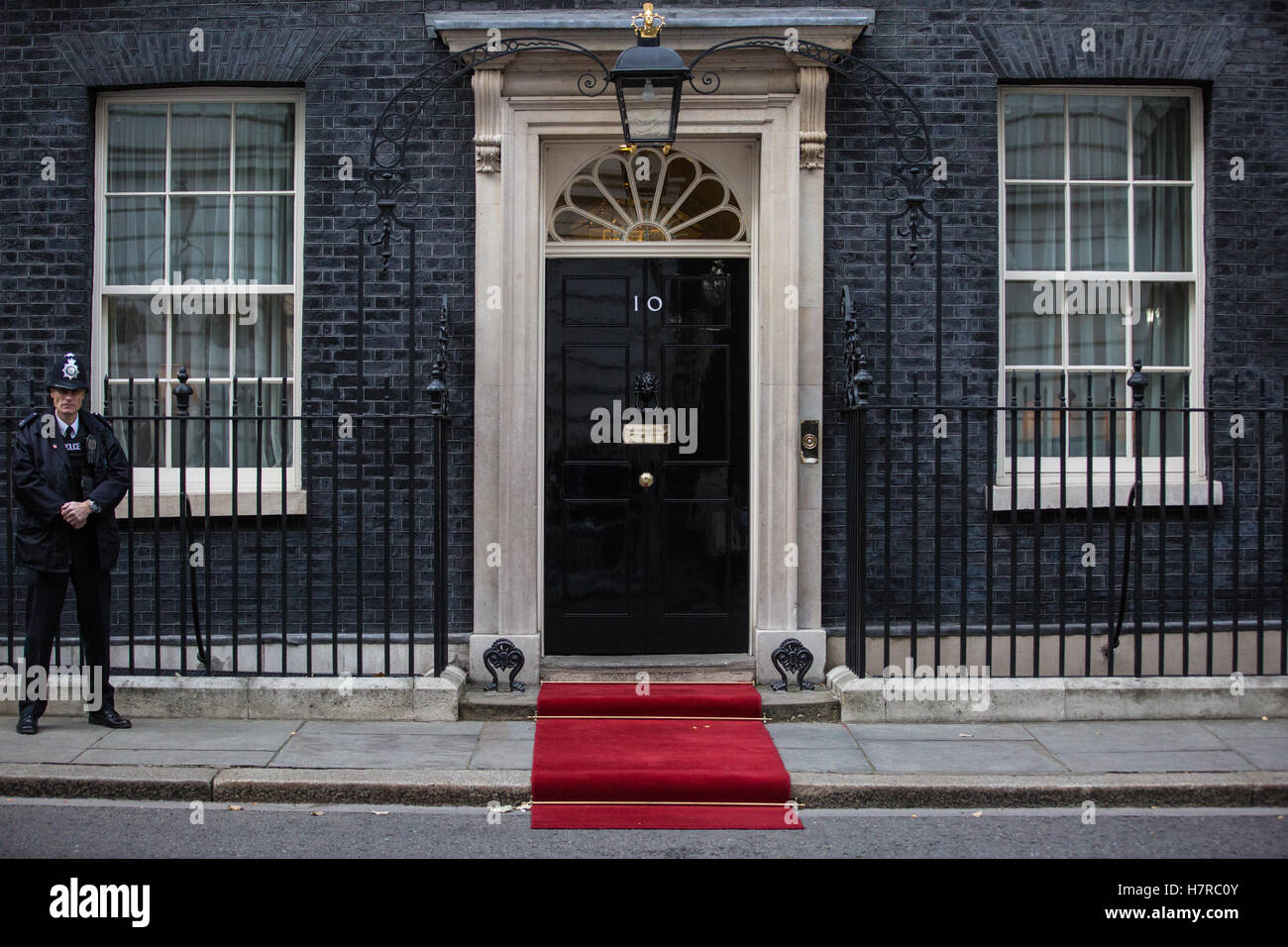 London, UK. 2nd November, 2016. A red carpet outside 10 Downing Street for President Juan Manuel Santos Calderón - Stock Image
