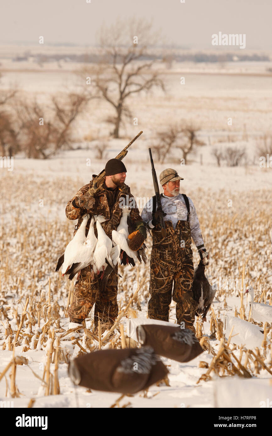 6c5dd4cb7e5be Snow Goose Hunters With Dead Snow Geese Stock Photo: 125292448 - Alamy