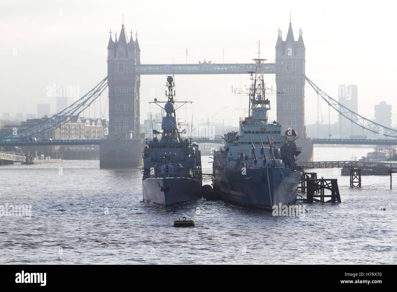 London,UK. 8th November 2016. A German navy frigate anchored next to HMS Belfast on cold morning Credit:  amer ghazzal/Alamy Stock Photo