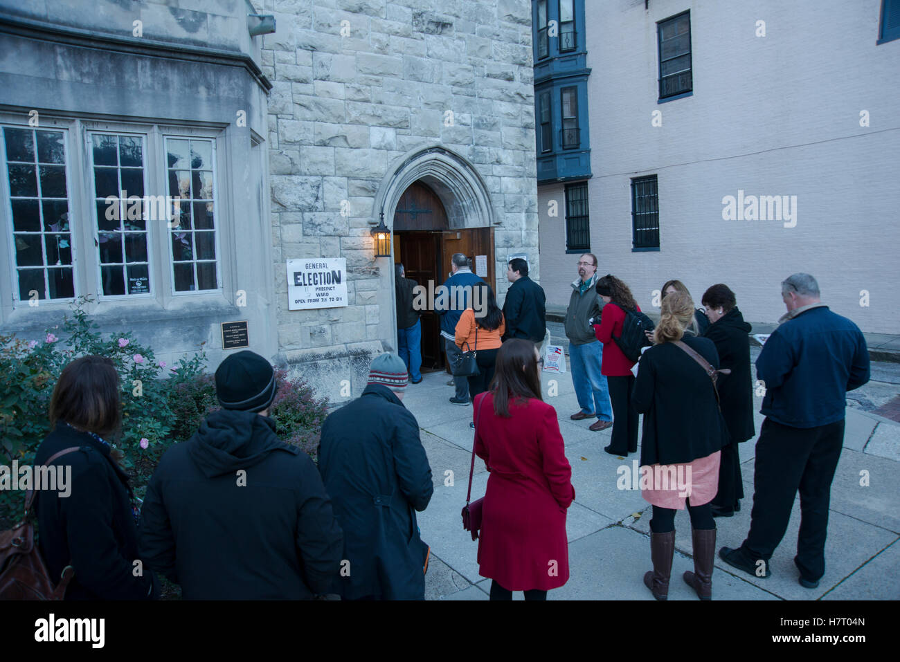 Baltimore, USA. 8th Nov, 2016. Baltimore, USA. 08th Nov, 2016. Voters line up early to cast their ballots on Nov Stock Photo