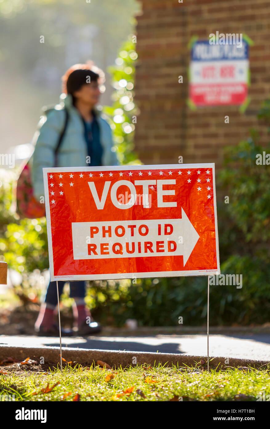 Arlington, Virginia, USA. 8th Nov, 2016. Voters on presidential election day. Credit:  Rob Crandall/Alamy Live News - Stock Image