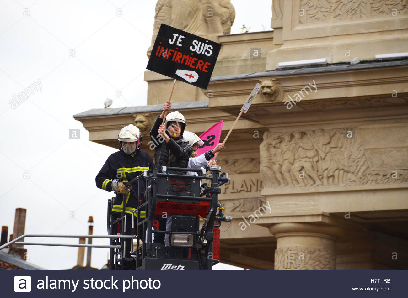 Toulouse, France. 8th Nov, 2016. Nurses care assistants and firegfighters attend a demonstration as part of a nationwide - Stock Image