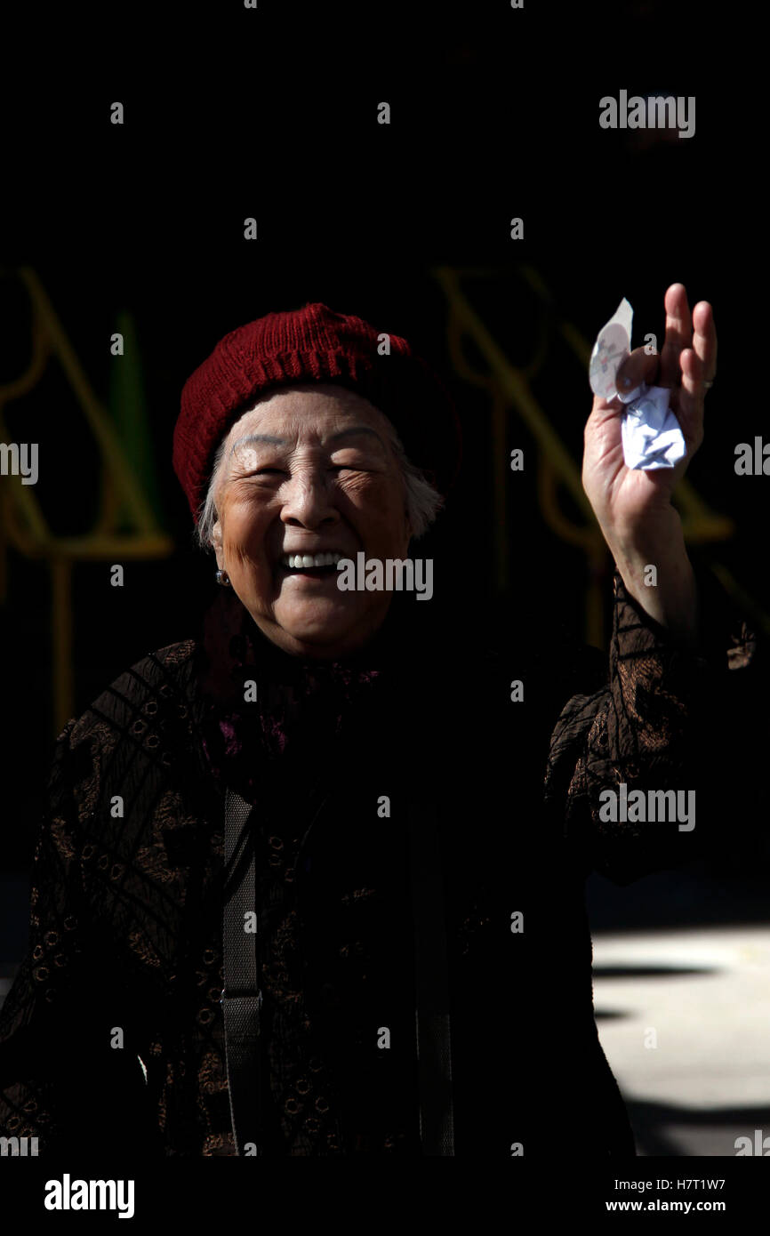 """New York, United States. 08th Nov, 2016. An elderly chinese woman holds up a """"just Voted"""" sticker after casting Stock Photo"""