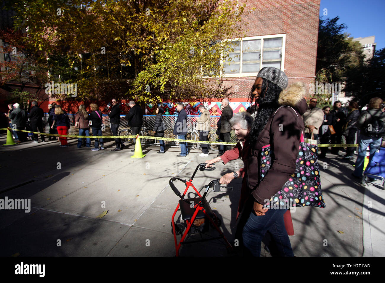 New York, United States. 08th Nov, 2016. Voters in the Chelsea neighborhood of Manhattan in New York City line up Stock Photo
