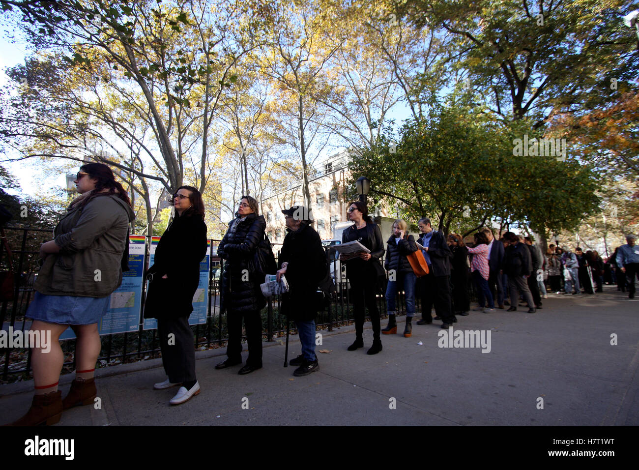 New York, United States. 08th Nov, 2016. Voters in the Chelsea neighborhood of Manhattan in New York City line up - Stock Image