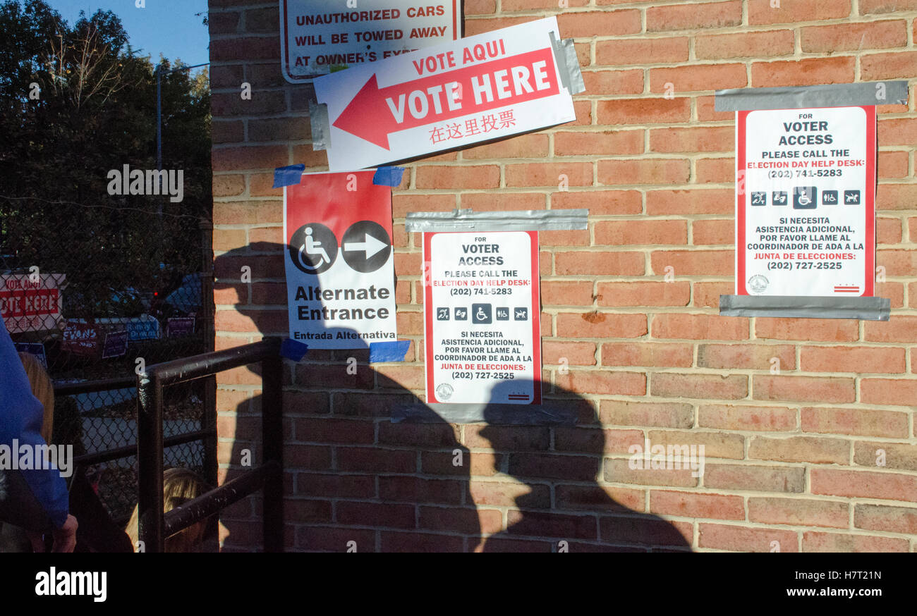 Washington DC, USA. 8th November, 2016. Signs in English, Spanish, and Chinese mark the entrance to the polling - Stock Image