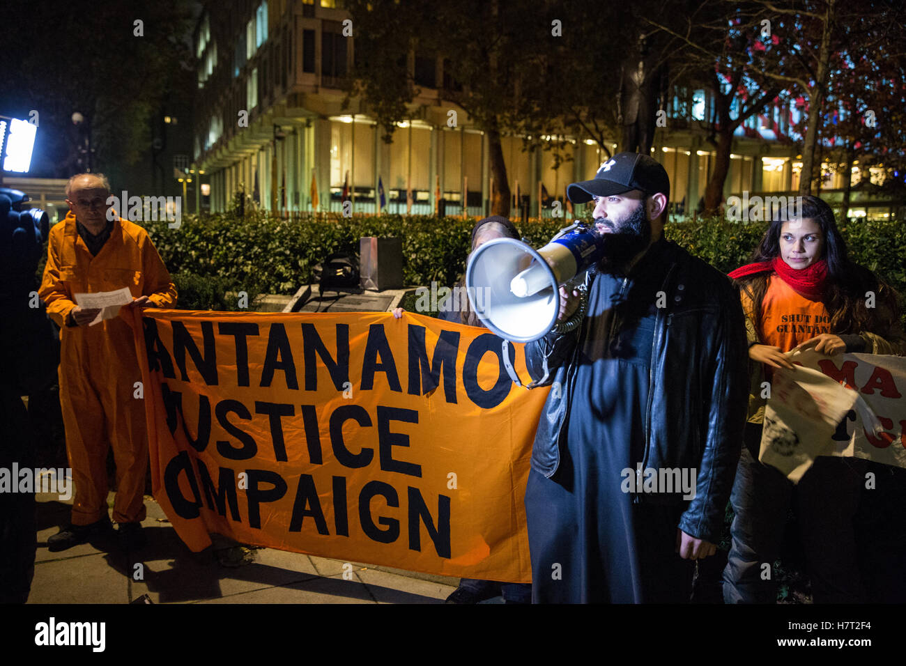 London, UK. 8th November, 2016. Asif Uddin from the Justice for Anis Sardar campaign addresses activists from the - Stock Image