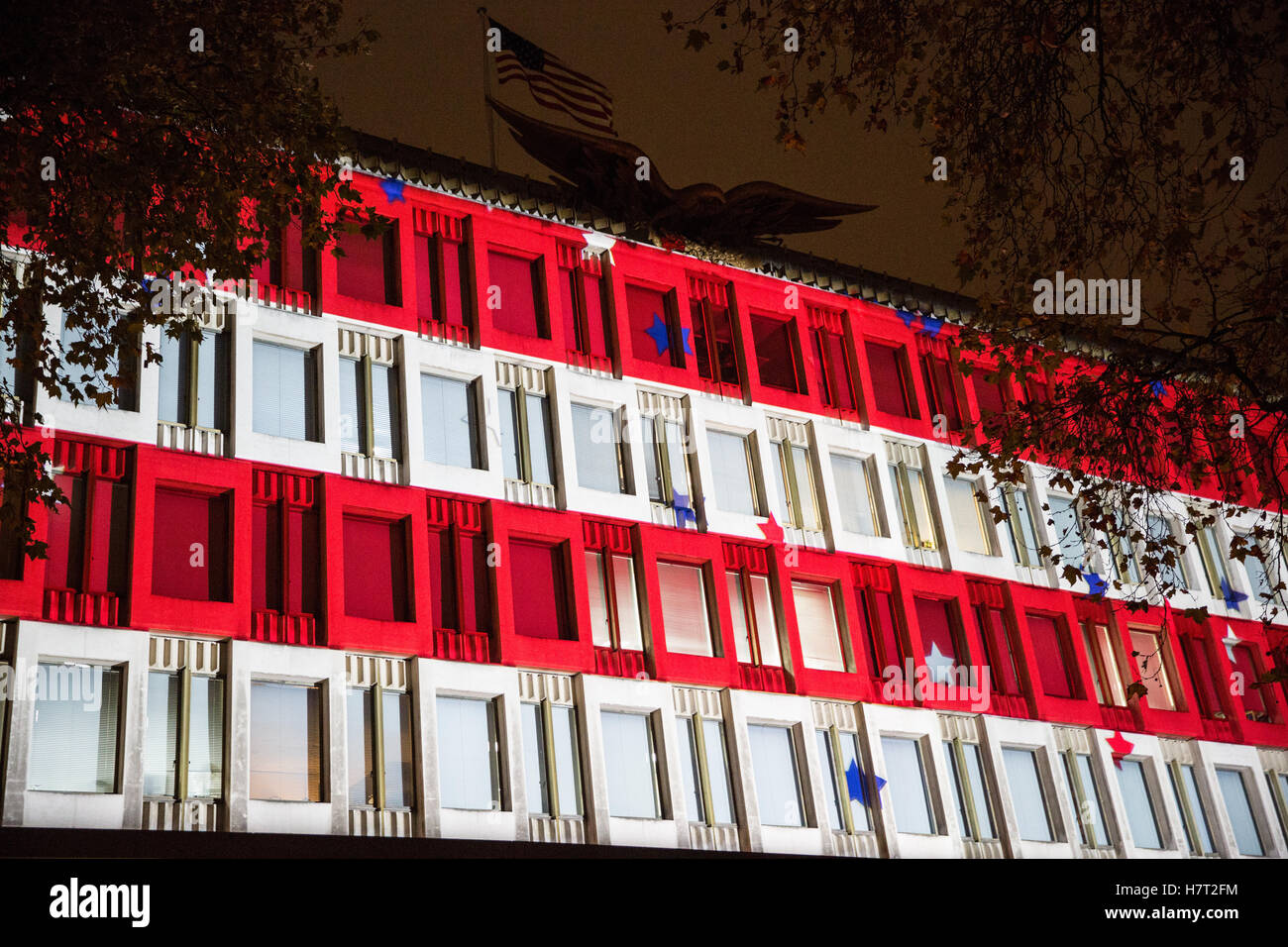 London, UK. 8th November, 2016. The stars and stripes projected onto the US embassy on the evening of the Presidential - Stock Image