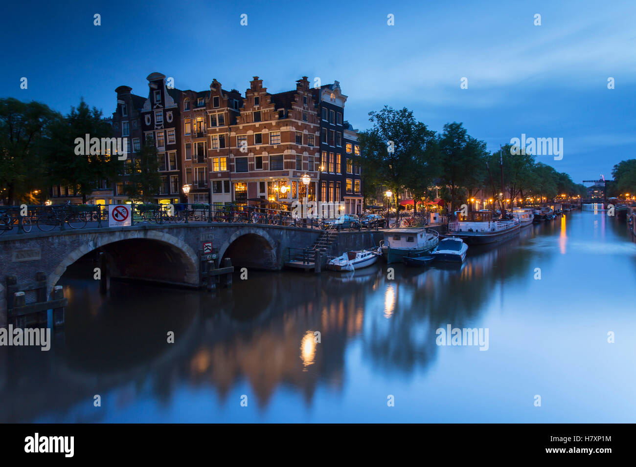 Prinsengracht and Brouwersgracht canals at dusk, Amsterdam, Netherlands Stock Photo