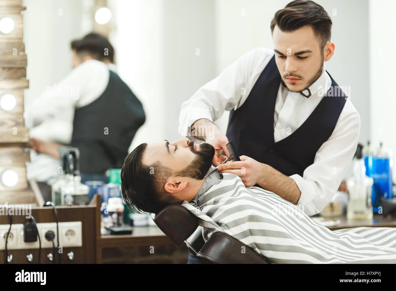 Barber making a beard - Stock Image