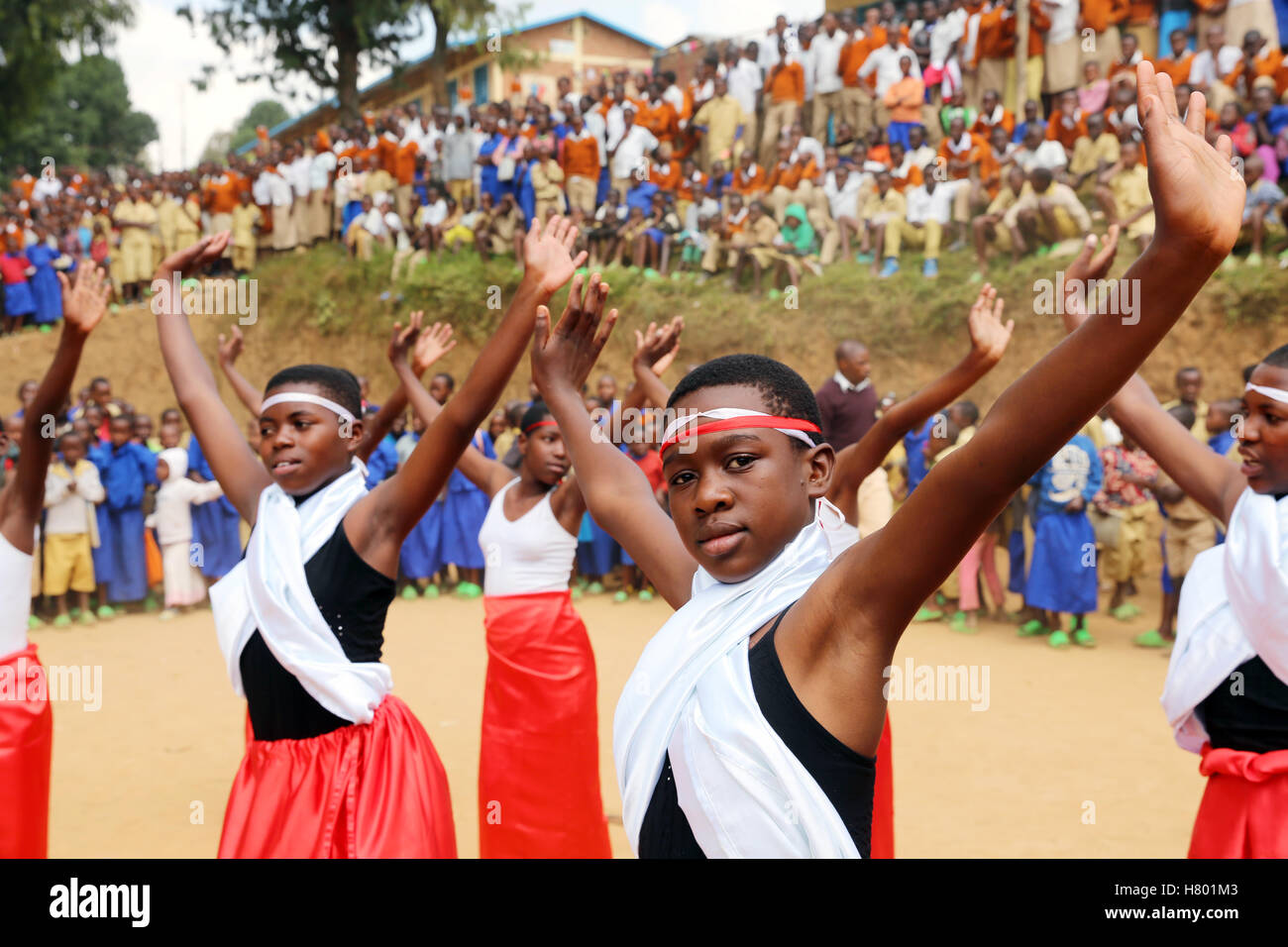 Dance performances of refugee children from the Congo in front of the school in the UNHCR Kigeme refugee camp. Diocese - Stock Image