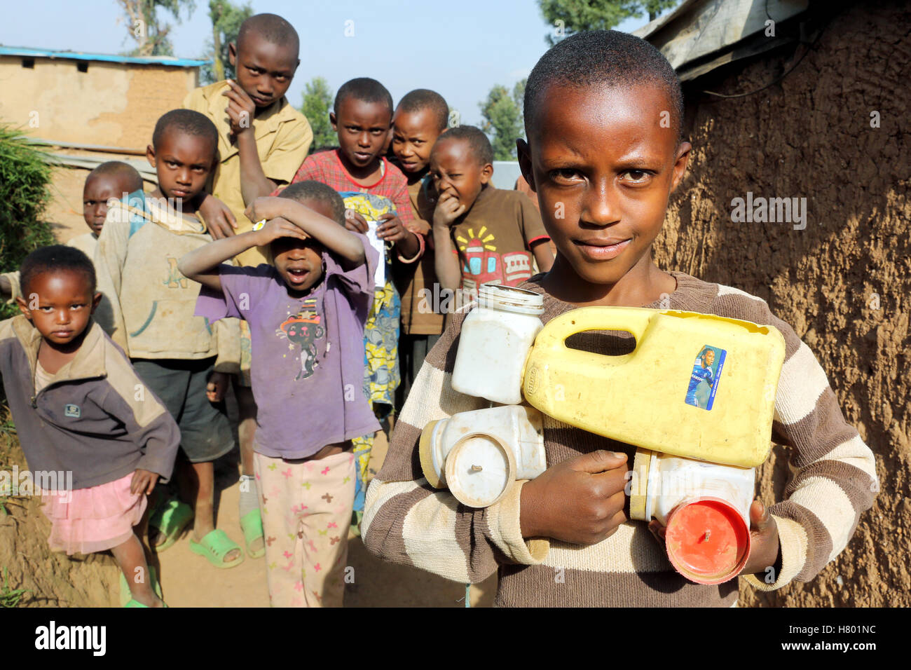 Refugee children from the Congo in the UNHCR Kigeme refugee camp with self-made car toy from plastic cans. Diocese - Stock Image