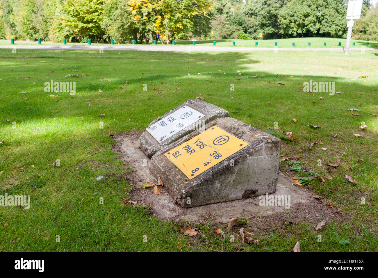 Tee markers denoting the teeing ground for hole 17 at Ruislip Golf Course, West Ruislip, Greater London, UK - Stock Image