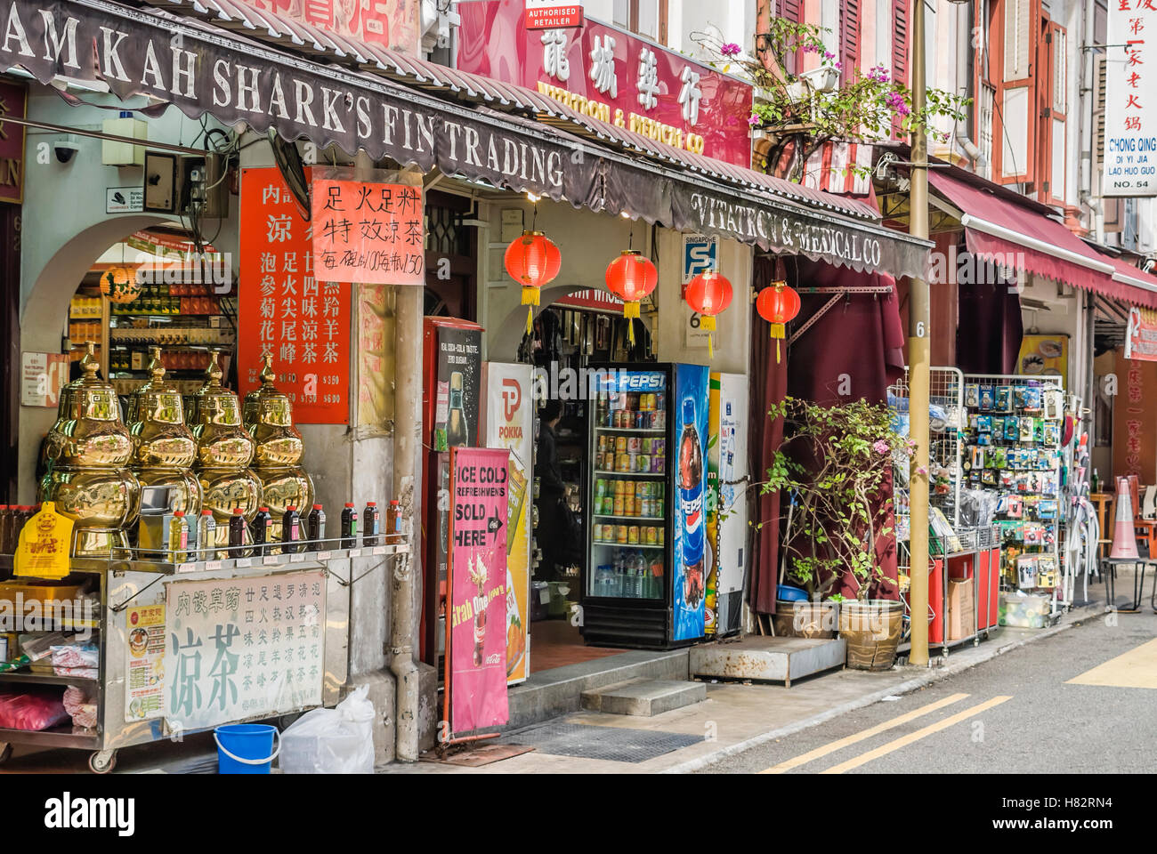 Typical Shop houses and small stalls in Chinatown, Singapore | Typische Shop houses und kleine Laeden in Chinatown, Stock Photo
