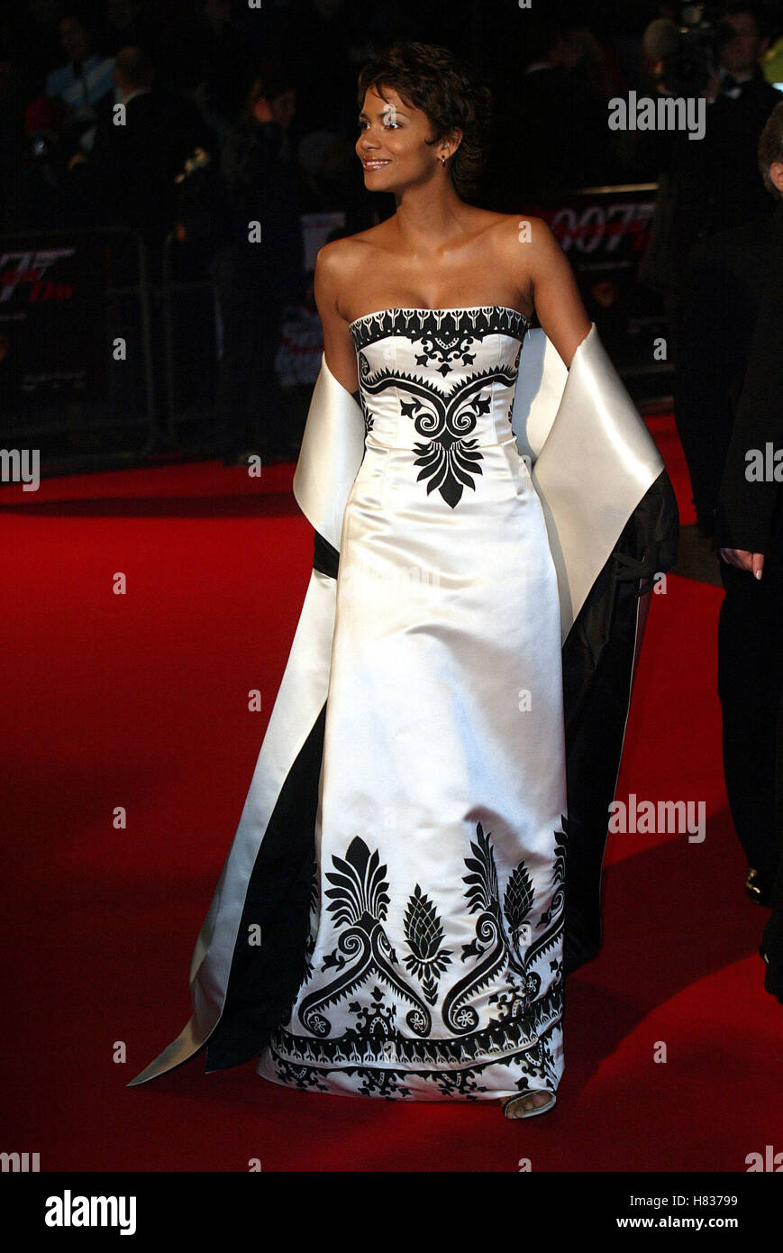 HALLE BERRY DIE ANOTHER DAY (JAMES BOND) PREMIERE LONDON ...