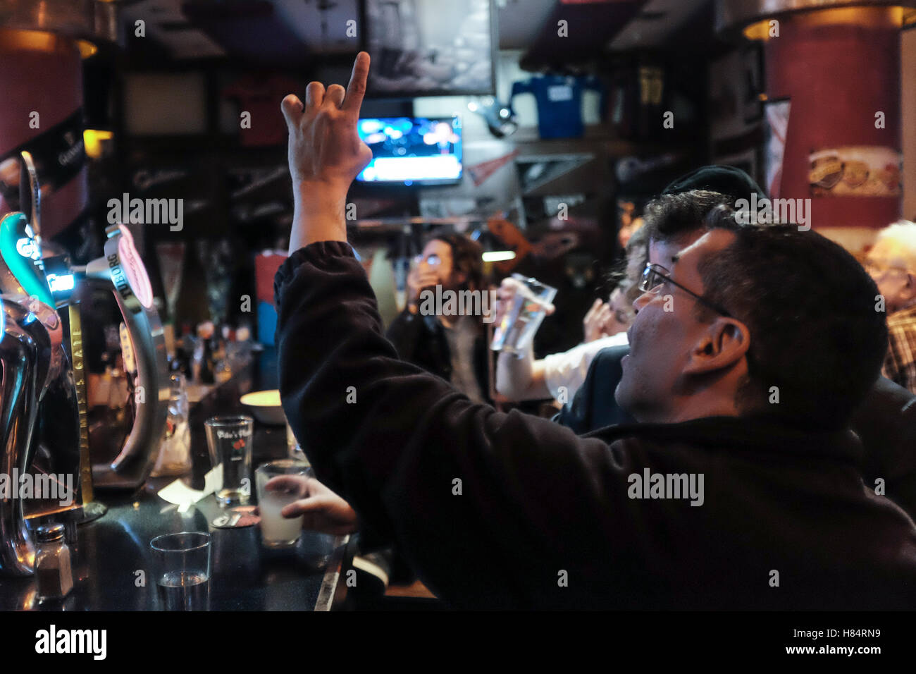 Jerusalem, Israel. 9th November, 2016. Israeli Americans watch and react to the unfolding drama of the 2016 US Elections - Stock Image