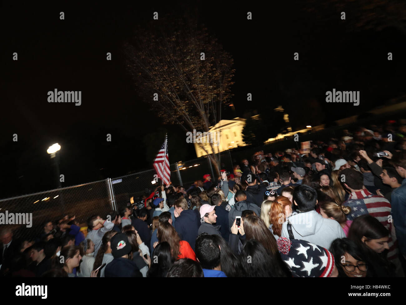 Washington, DC, USA. 8th Nov, 2016. People Assemble in front of the White House waiting for results to be finalized - Stock Image