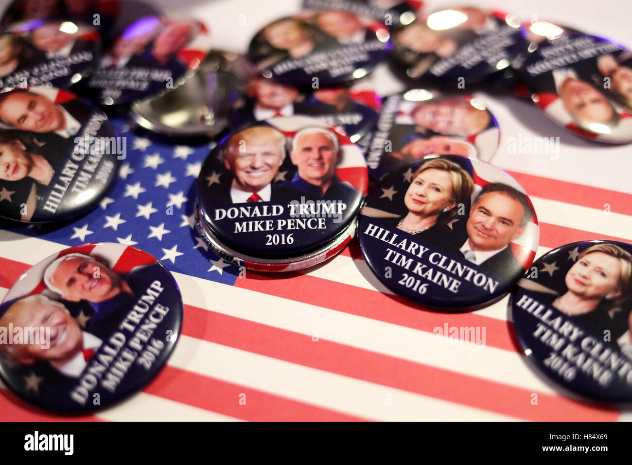 Hamburg, Germany. 8th Nov, 2016. Buttons of the presidential candidates of the US elections rest on a table at the - Stock Image