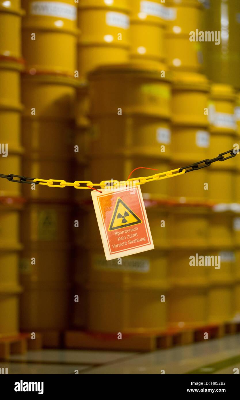 Lingen, Deutschland. 18th Oct, 2016. Fässer mit leicht radioaktivem Material stehen am 18.10.2016 im ehemaligen - Stock Image