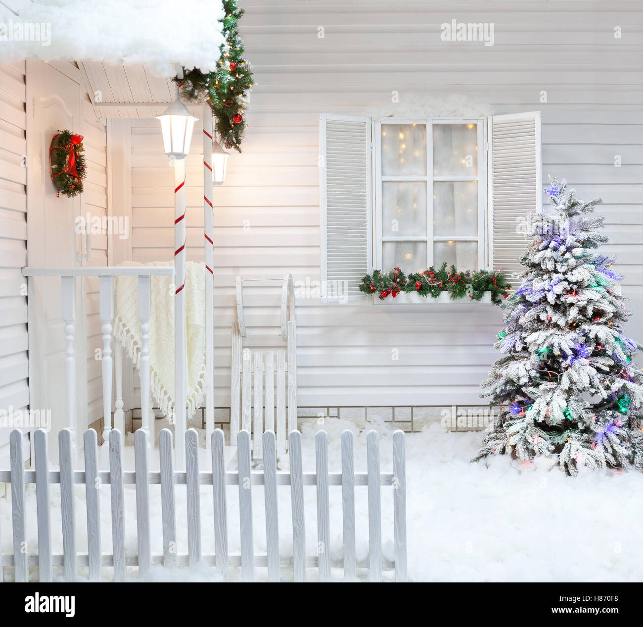 Winter exterior of a country house with Christmas decorations in the American style. Snow-covered courtyard with - Stock Image