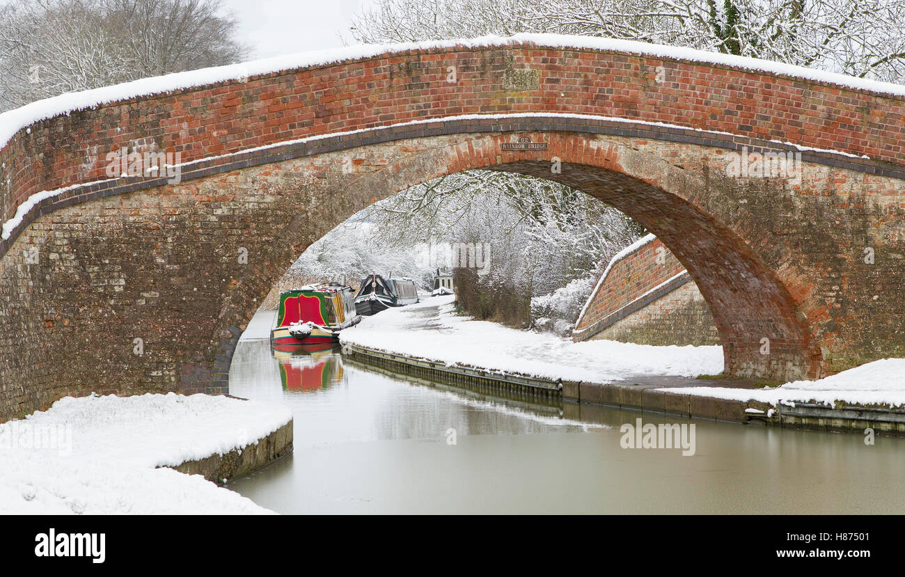 Snow covered Canal towpath in winter; Bridge 62; Rainbow bridge Grand Union Canal - Stock Image