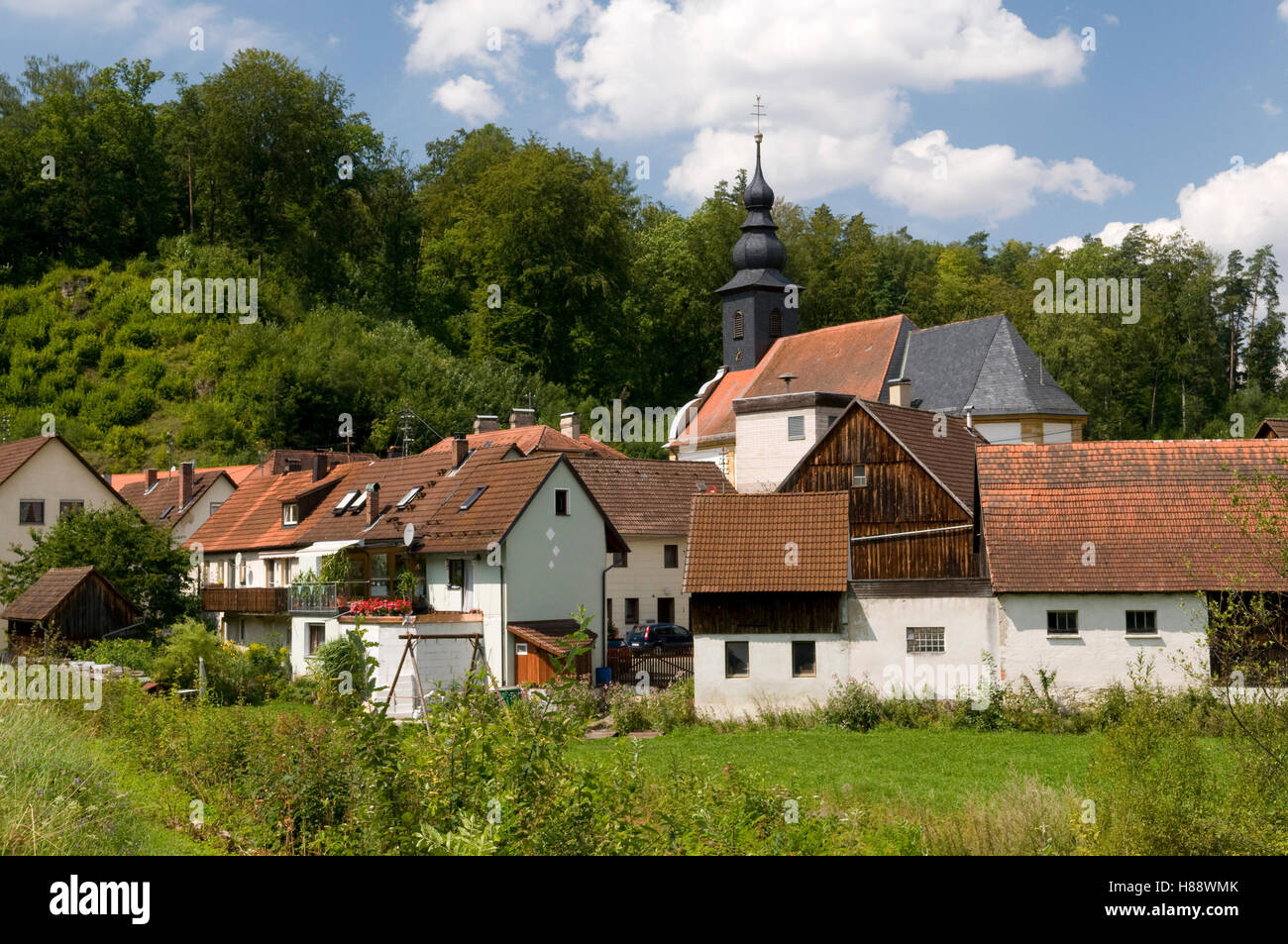 Picturesquely situated village of Oberailsfeld in the Ahorntal valley, Naturpark Fraenkische Schweiz nature preserve, - Stock Image
