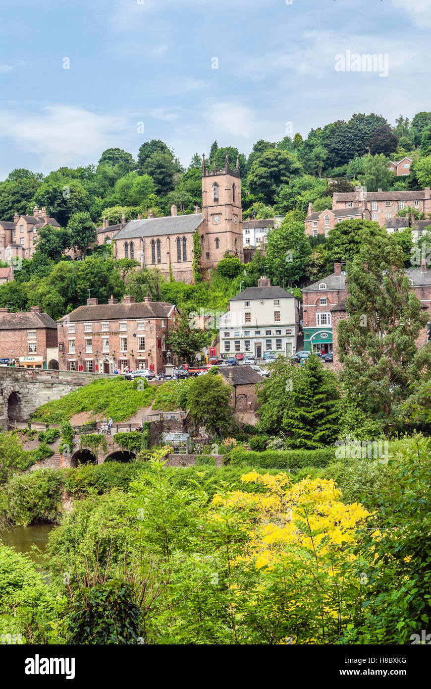 Village Ironbridge at the famous bridge that crosses the River Severn at the Ironbridge Gorge in Shropshire, England - Stock Image