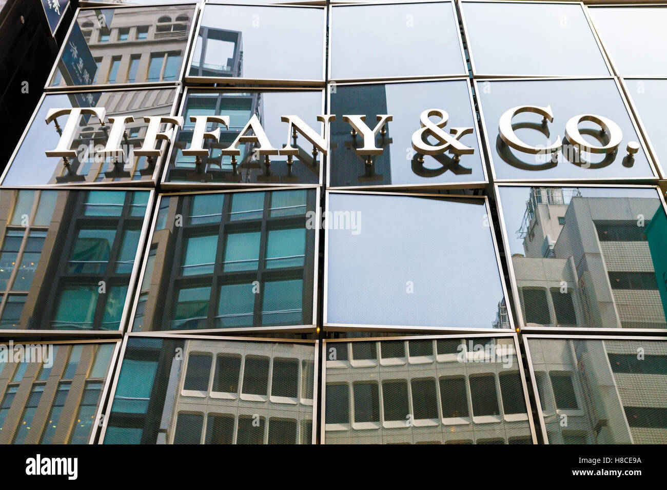 bf47a5693 Japan, Tokyo, Ginza, Chuo-Dori. Looking up at Tiffany & Co building name on  darkened glass reflective windows. Daytime. Malcolm Fairman / Alamy Stock  Photo
