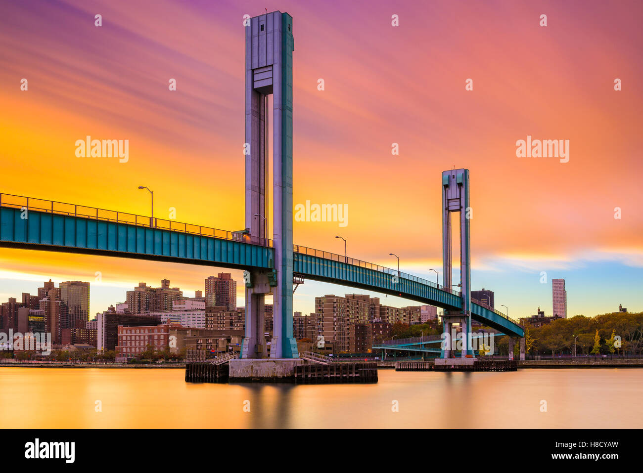 Wards Island Bridge crossing the Harlem River between Manhattan Island and Wards Island in New York City. - Stock Image