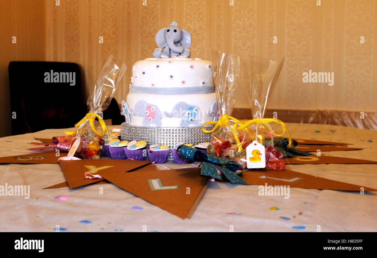 Baby shower party cake for pregnant mum - Stock Image