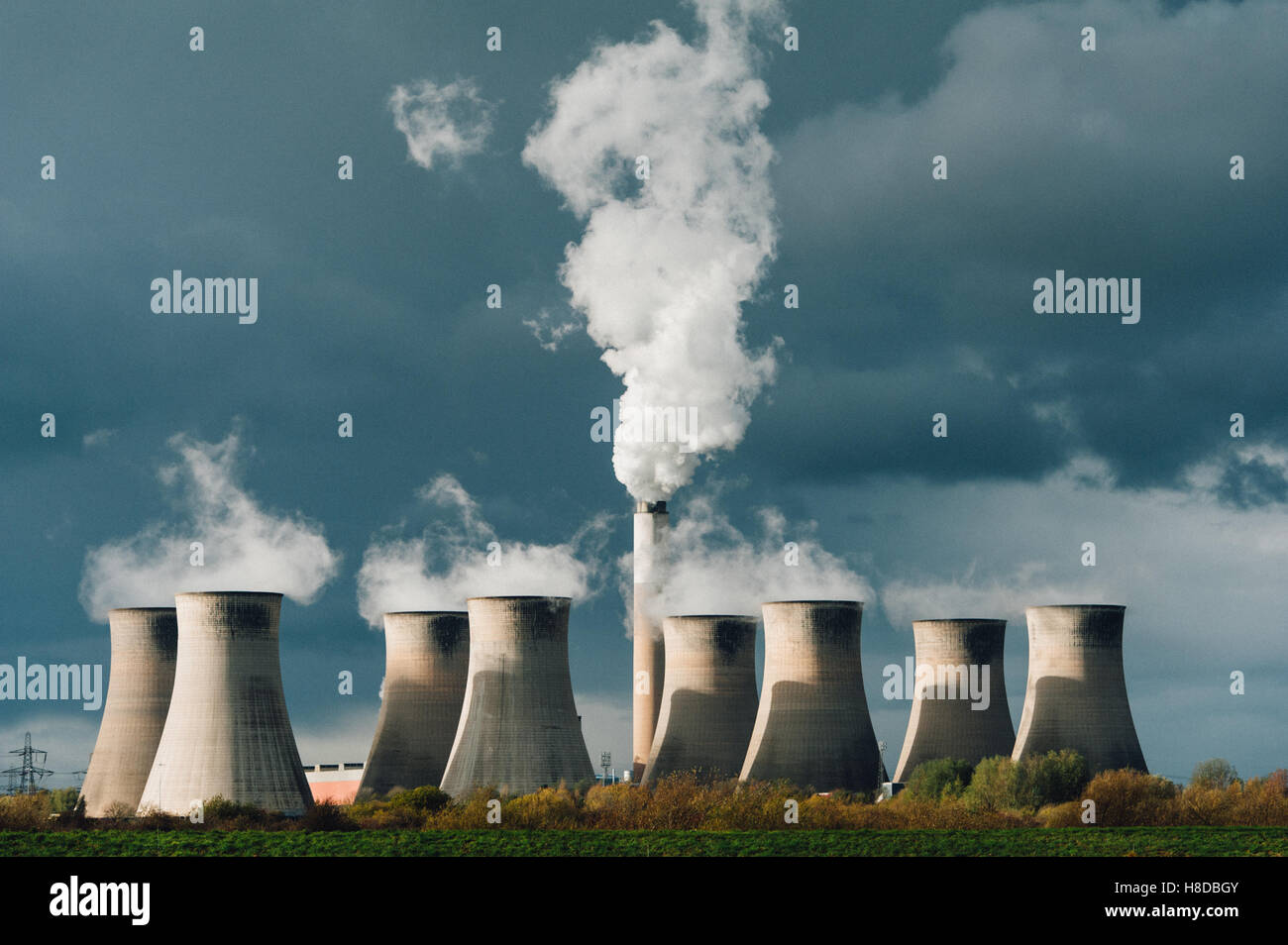 Cooling towers and smoke stack at Cottam coal-fired power station - Stock Image