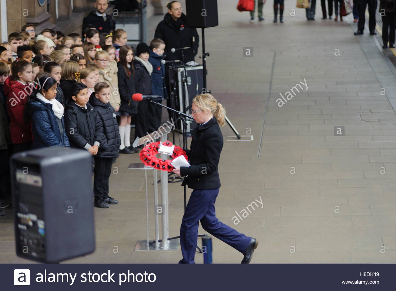 Edinburgh, UK. 11th November, 2016. A member of Scotrail staff lays a wreath during the service.  An Armistice Day - Stock Image