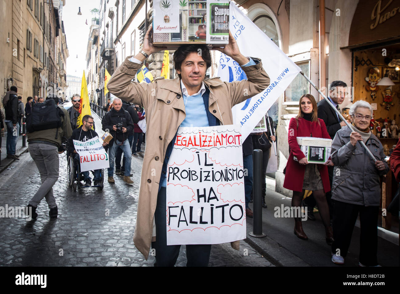 Rome, Italy. 11th November, 2016. Handover to the Bill to legalize cannabis, Italian radicals and other associations Stock Photo