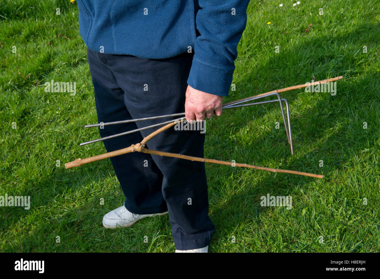 how to find water with dowsing rods