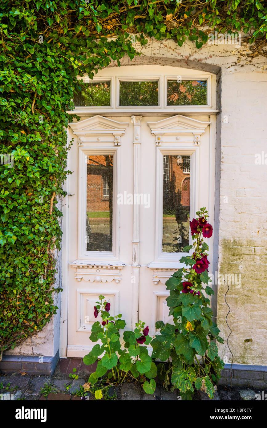 Germany, Schleswig Holstein, Dithmarschen, Wesselburen, idyllic doorway - Stock Image