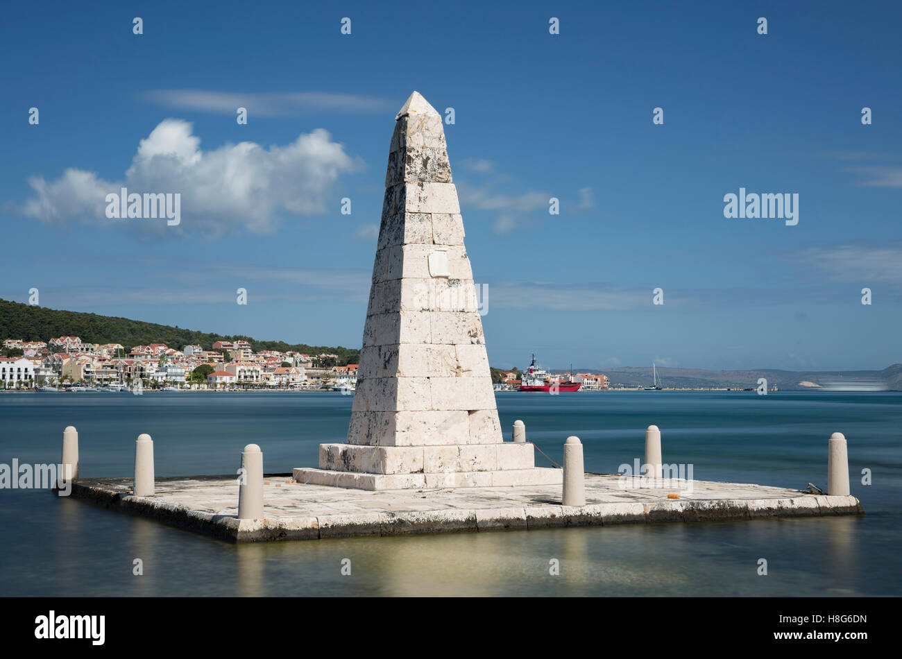 A monument for the British administration stands in Argostoli Bay, Kefalonia. - Stock Image