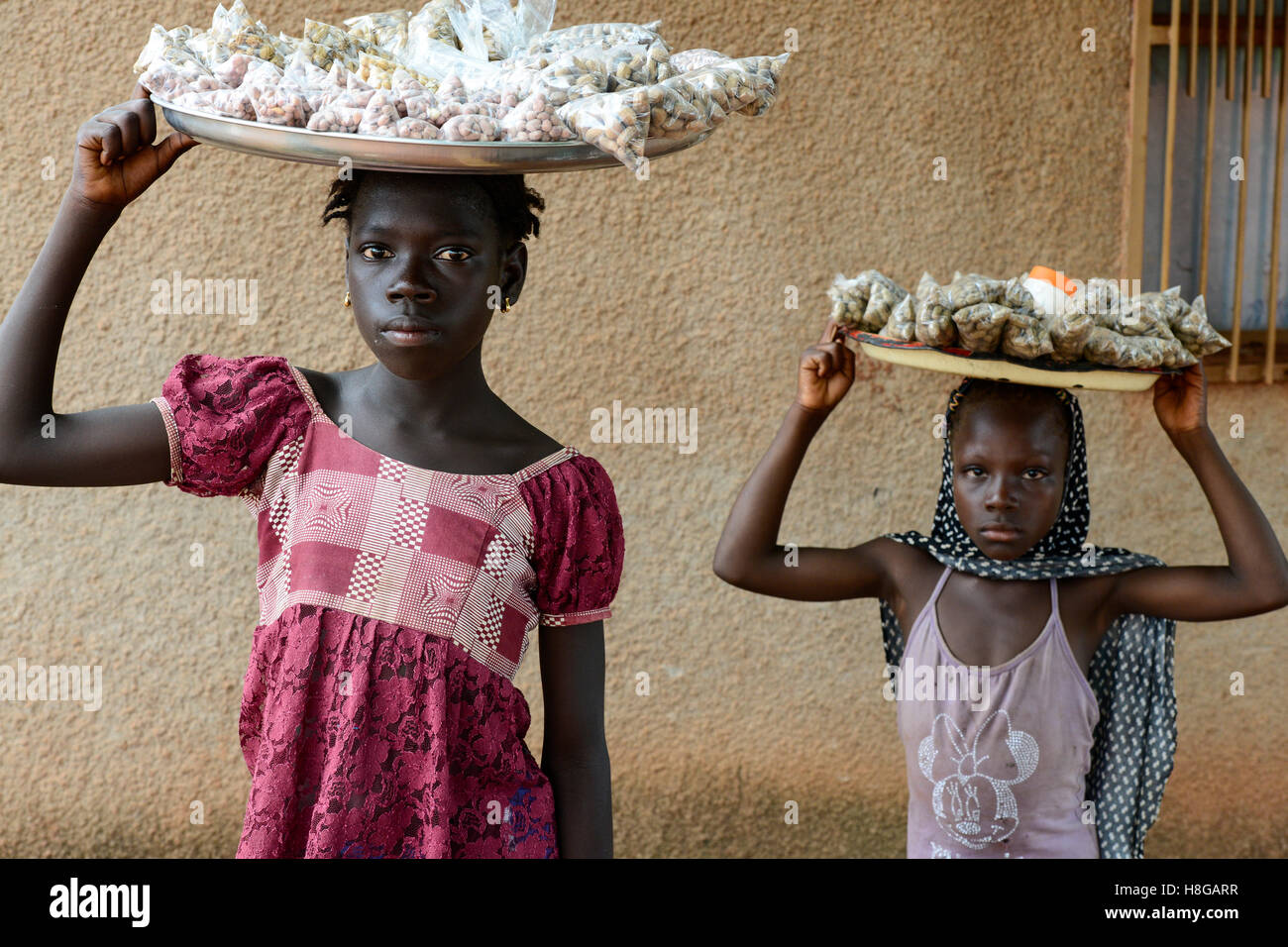 BURKINA FASO, Bobo Dioulasso, child labour, girl sell nuts / Kinderarbeit, Maedchen verkauft Erdnuesse Stock Photo