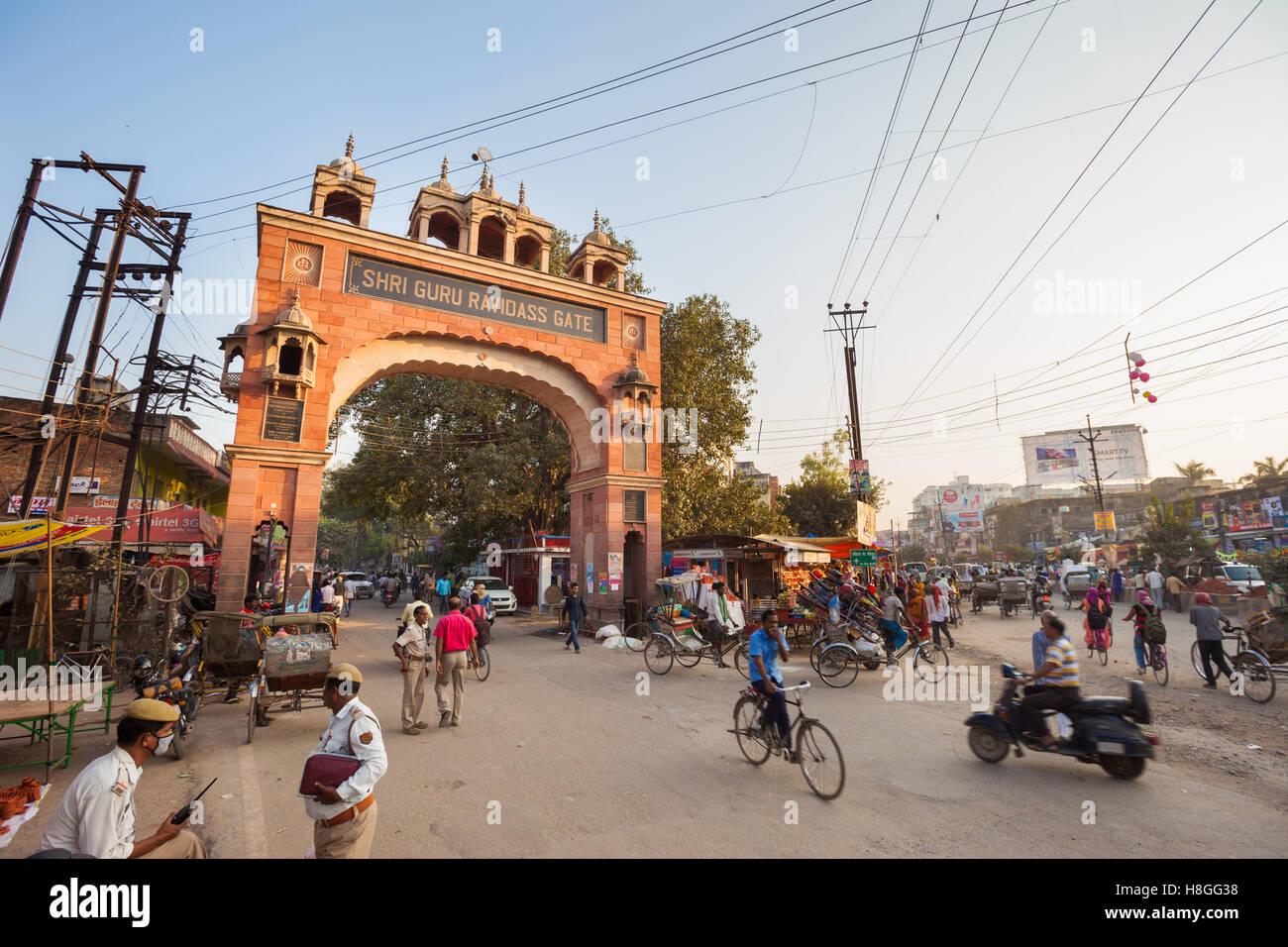 Traffic speeds through the Shri Guru Ravidass Gate - Stock Image
