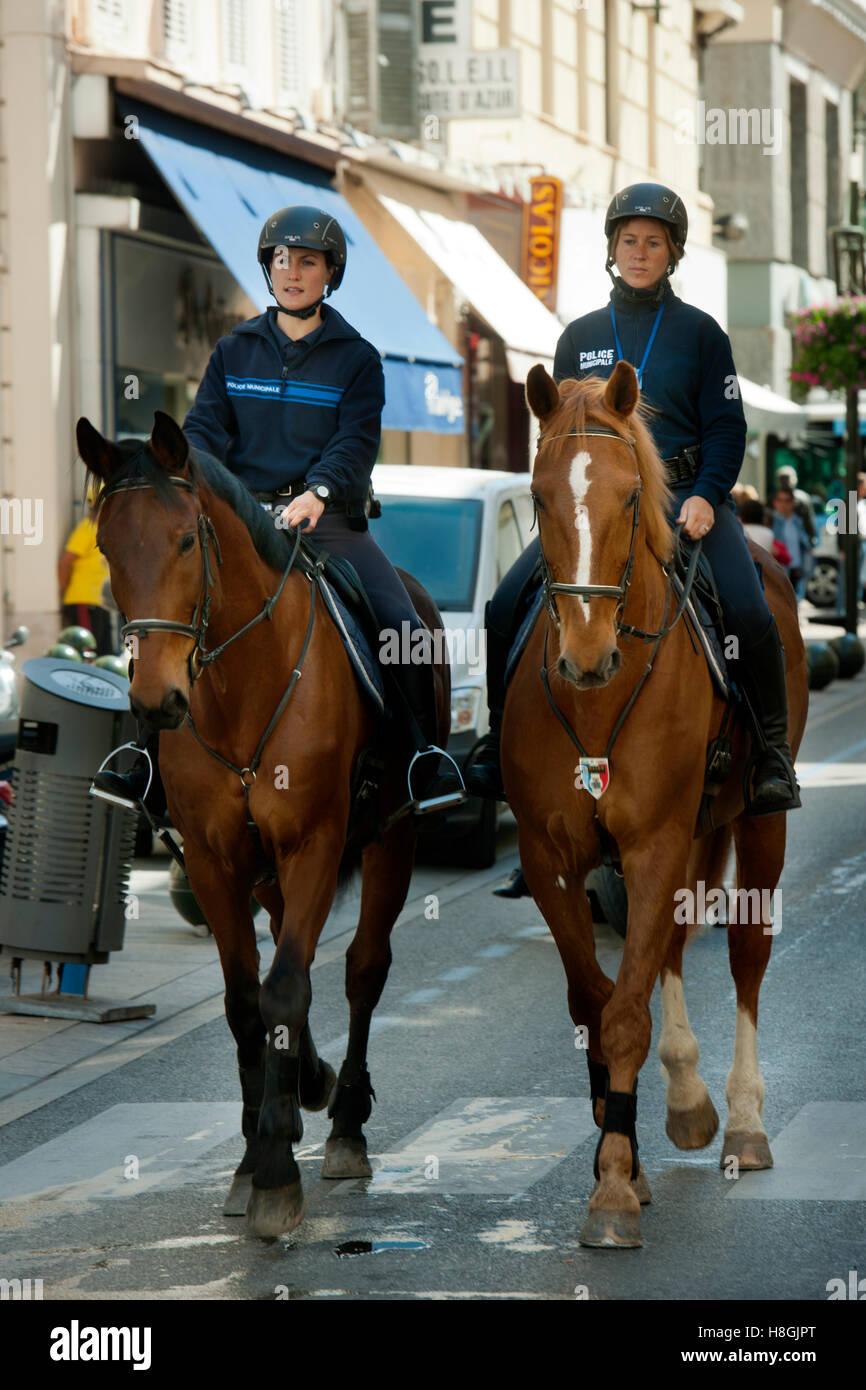 Frankreich, Cote d Azur, Cannes, Rue d´ Antibes, berittene Polizei - Stock Image