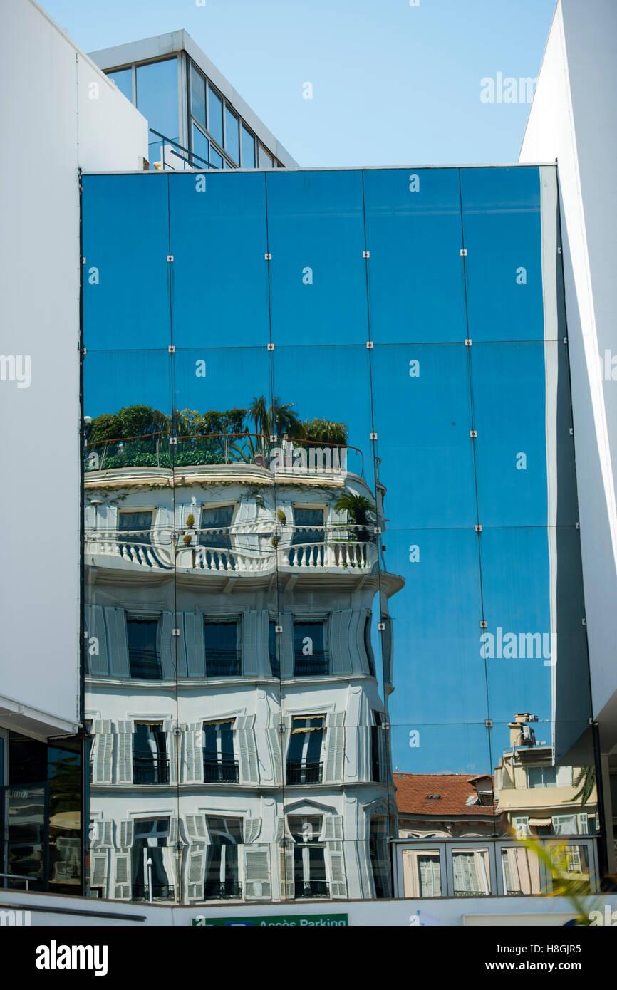 Frankreich, Cote d Azur, Cannes, Spiegelung altes Haus in moderner Glasfassade - Stock Image