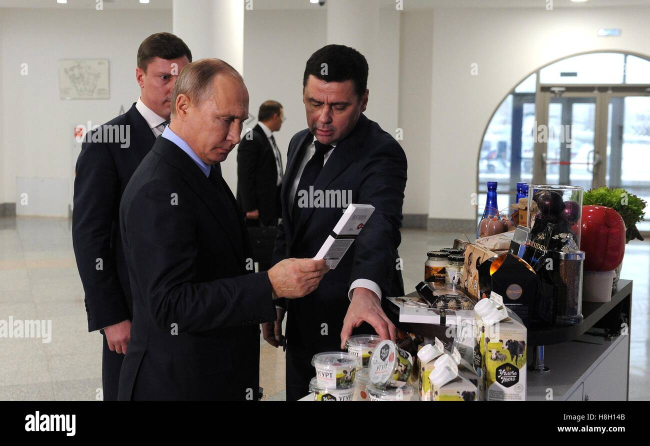 Yaroslavl, Russia. 12th Nov, 2016. Russian President Vladimir Putin is shown local products by acting Yaroslavl - Stock Image