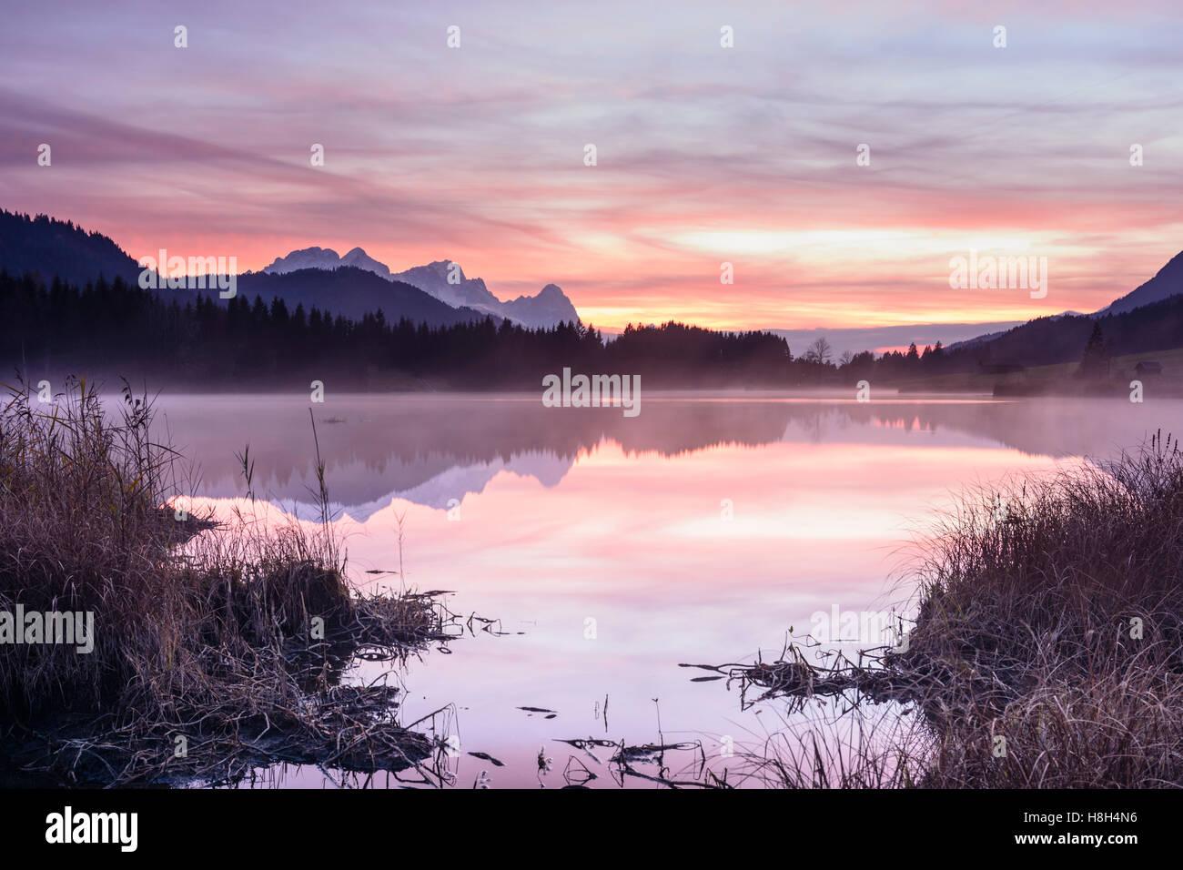 Krün: lake Geroldsee (Wagenbrüchsee), alpine pasture alp, barn, mountain Wetterstein, mist, bog, Oberbayern, - Stock Image