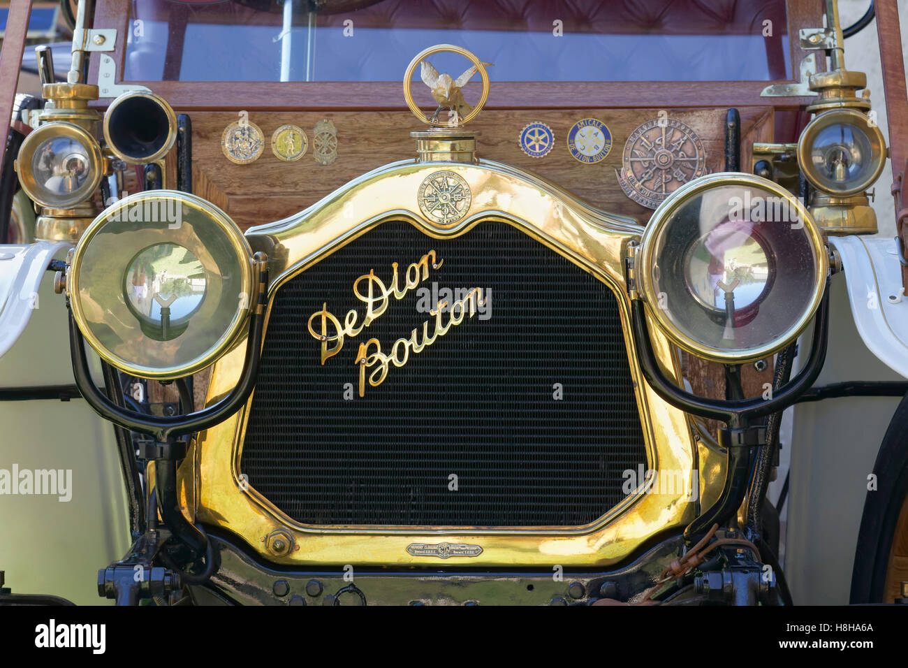 De Dion Bouton emblem on engine of car, Landaulet 1908 model of the French classic car, Schloss Dyck Classic Days - Stock Image